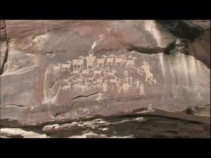 Un drone filme d'anciennes gravures