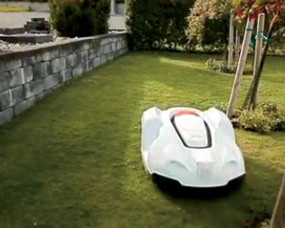 Une tondeuse-robot mangeuse de gazon