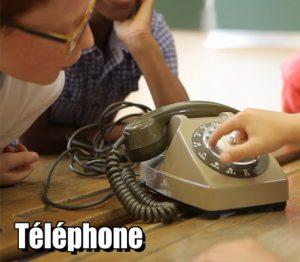 Des enfants découvrent de vieux appareils