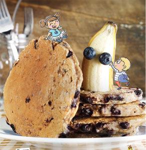 Pancakes aux bananes et aux bleuets
