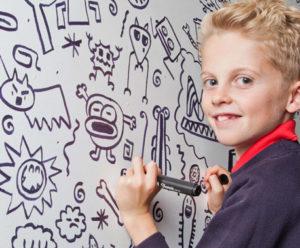 Joe dessine sur les murs