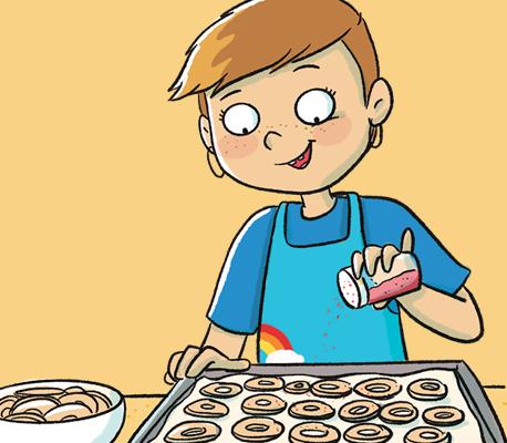 Enfant cuisinant des chips de pommes.