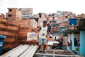 Les cerfs-volants dans la favela de Paraisopolis
